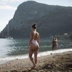 Девушка на пляже в поселке Новый Свет в Крыму.