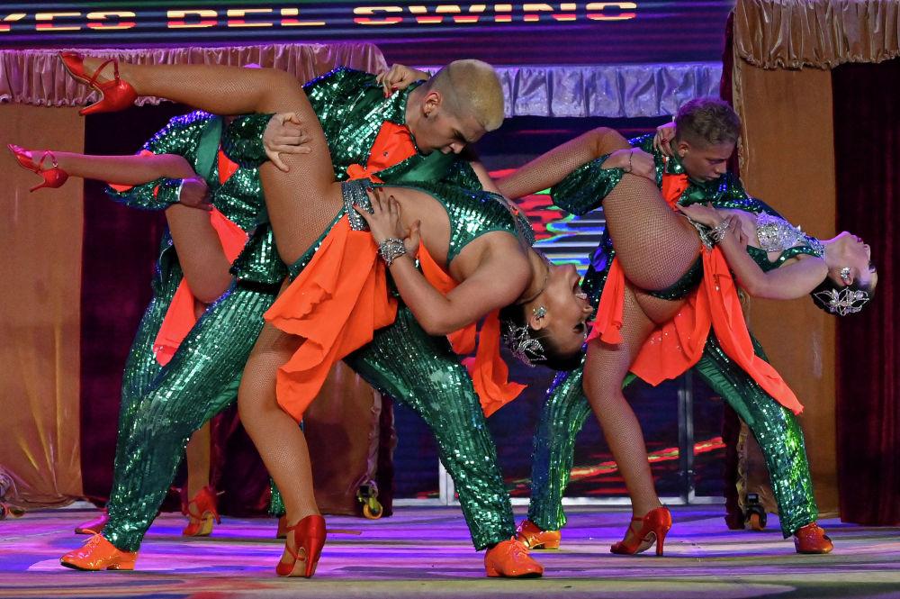 Колумбийские танцоры сальсы выступают во время 15-го Всемирного фестиваля сальсы в колумбийском городе Кали 10 октября 2020 года
