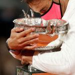 Рафаэль Надаль из Испании празднует трофей после победы в финале Открытого чемпионата Франции по теннису против сербца Новака Джоковича, Париж (Франция). 11 октября 2020 года