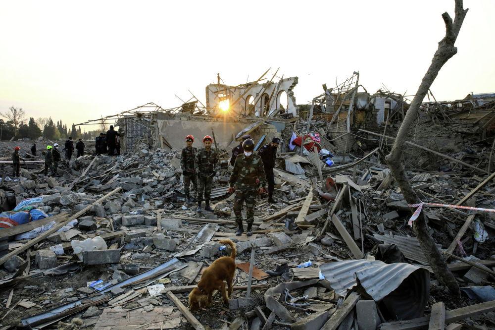 Поисково-спасательные группы работают на месте взрыва, пораженного ракетой во время боевых действий над сепаратистским регионом Нагорного Карабаха, в городе Гянджа, Азербайджан 17 октября 2020 года
