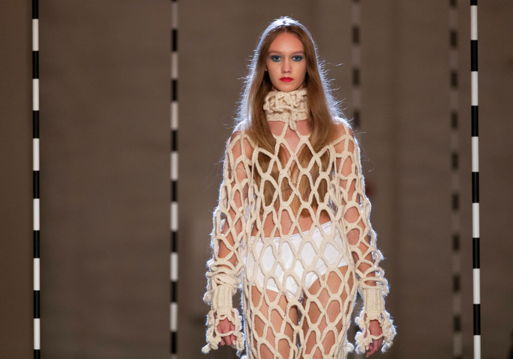 Модель представляет творение эстонского дизайнера Кристель Куслапуу на фестивале моды Fashion Infection в Вильнюсе, Литва, в пятницу, 16 октября 2020 года.