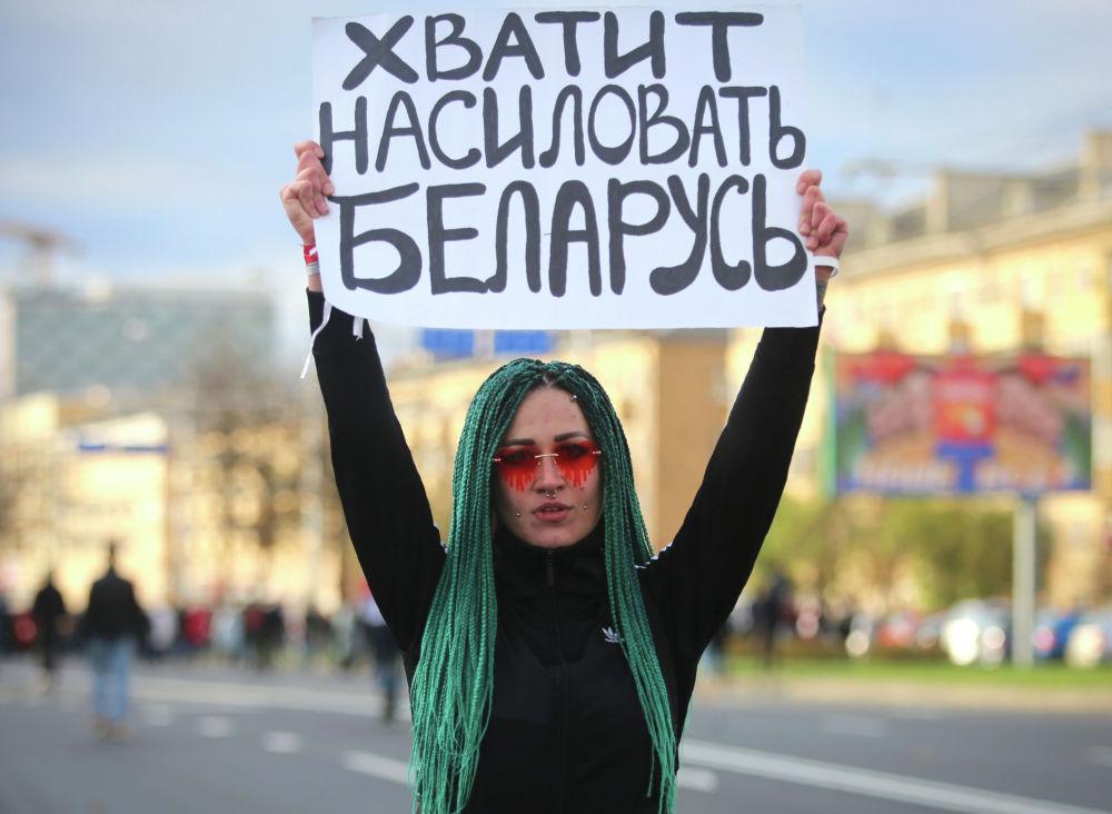Протестующая с плакатом на митинге оппозиции в знак протеста против результатов президентских выборов в Минске (Беларусь). Десятки тысяч человек снова вышли на митинг в Минске в воскресенье, требуя отставки Александра Лукашенко.