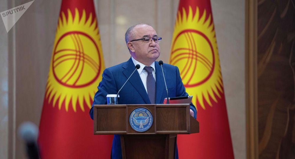 Депутат ЖК, лидер партии Ата-Мекен Омурбек Текебаев на внеочередном заседании Жогорку Кенеша в госрезиденции Ала-Арча