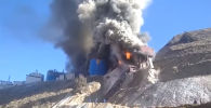 В МЧС и милицию поступила информация, что на золоторудном месторождении вспыхнул пожар. На место направлены пожарные расчеты и сотрудники милиции. Уже известна предварительная причина возгорания.