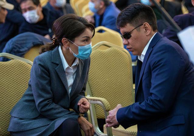 Депутаты Эльвира Сурабалдиева и Дастан Бекешев в госрезиденции Ала-Арча во время внеочередного заседания Жогорку Кенеша