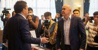 Потасовка депутатов Алтынбека Сулайманова и Каната Керезбекова во время внеочередного заседания Жогорку Кенеша в госрезиденции Ала-Арча