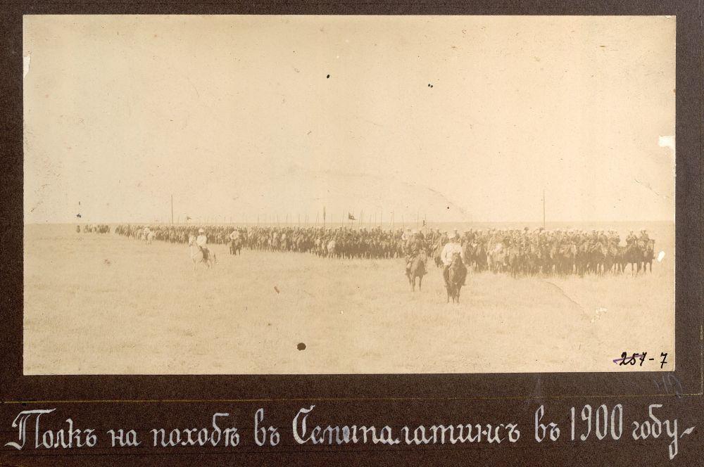 Автором этих фотографий является Николай Георгиевич Катанаев — офицер русской императорской армии. На фото: полк в походе на Семипалатинск в 1900 году.