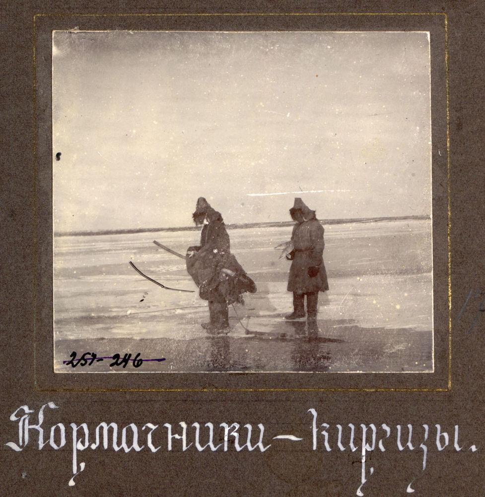 Снимок из фотоальбома Виды территории Сибирского казачьего войска. Надпись на фотографии: Кормачники-кыргызы.