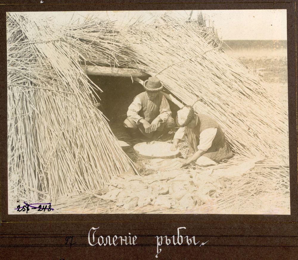 На этом снимке фотограф запечатлел, как местные жители солят рыбу
