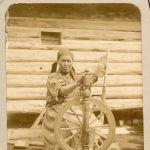 На фото домашняя деревянная колесная прялка-самопряха начала XX века. Это популярный в прежние века предмет крестьянского быта и орудие труда, на котором пряли нити.