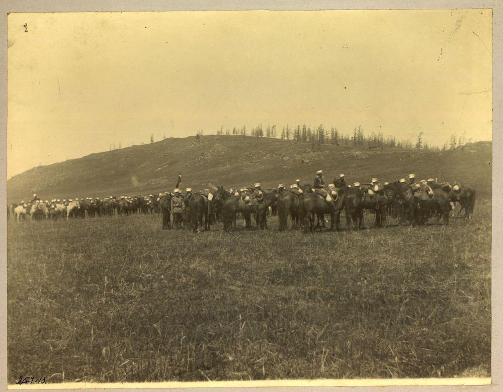Позже снимки были представлены на выставке в Омске в 1911 году. На фото: стоянка сотни (военный дивизион) в пограничном поселке Кендерлыкском Зайсанского уезда.