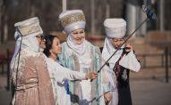 Девушка делает селфи с женщинами в национальной одежде. Архивное фото