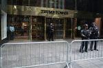 Сотрудники полиции у входа в Trump Tower в Манхэттене, Нью-Йорк. Архивное фото