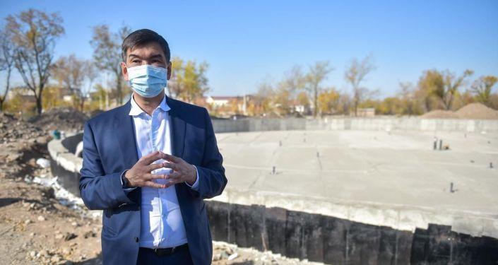 Мэр Бишкека Азиз Суракматов проверяет ход строительства новой зоны отдыха Ынтымак — вторая очередь в Бишкеке