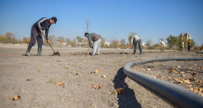 Рабочие во время строительства новой зоны отдыха Ынтымак — вторая очередь