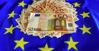 Флаг Евросоюза и деньги. Архивное фото