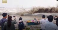Приливно-отливная скважина реки Цяньтане на востоке Китая собирает множество любителей острых ощущений.