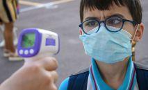 Медсестра измеряет температуру мальчику. Архивное фото