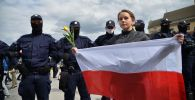 Участница акции протеста против карантинных мер в Варшаве. Архивное фото