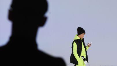 Мальчик с телефоном в руках