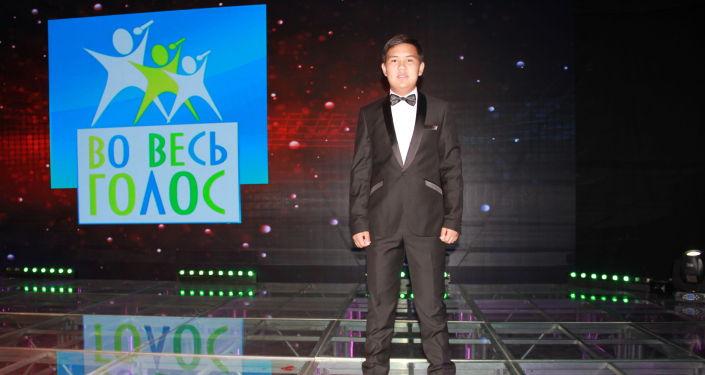 Юный участник из Кыргызстана Байысбек Акылбеков на международном конкурсе Во весь голос!
