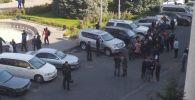 Бишкек шаардык мэриянын имаратынын алдына Нариман Түлеевдин шаар башчысынын милдетин аткаруучу болуп дайындалышына нааразы болгондор чогулду