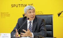 Вице-премьер-министр Максат Мамытканов во время выступления в рамках онлайн-брифинга в мультимедийном пресс-центре Sputnik Кыргызстан.