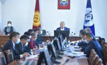И. о. мэра Бишкека Нариман Тюлеев во время совещании в мэрии.