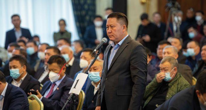 Депутат Курманкул Зулушев на внеочередном заседании Жогорку Кенеша в госрезиденции Ала-Арча