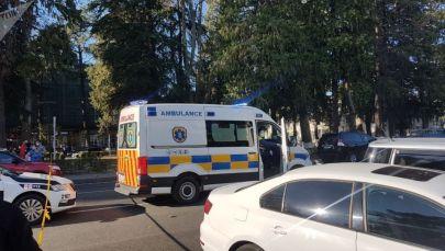 Скорая помощь около отделения банка Грузии, где вооруженный мужчина захватил заложников в Зугдиди