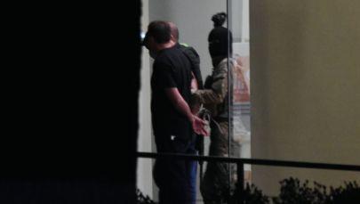 Вооруженный мужчина вместе с тремя заложниками покидает отделение Банка Грузии в Зугдиди, где ранее удерживал 19 человек.