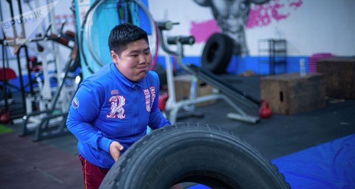 18-летний бишкекчанин Орозбек Мейманбек уулу во время тренировок в тренажерном зале, который за год сбросил 60 килограмм веса.