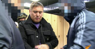 На кадрах видно, как криминального авторитета задерживают, надевают на него наручники и доставляют в ГКНБ.