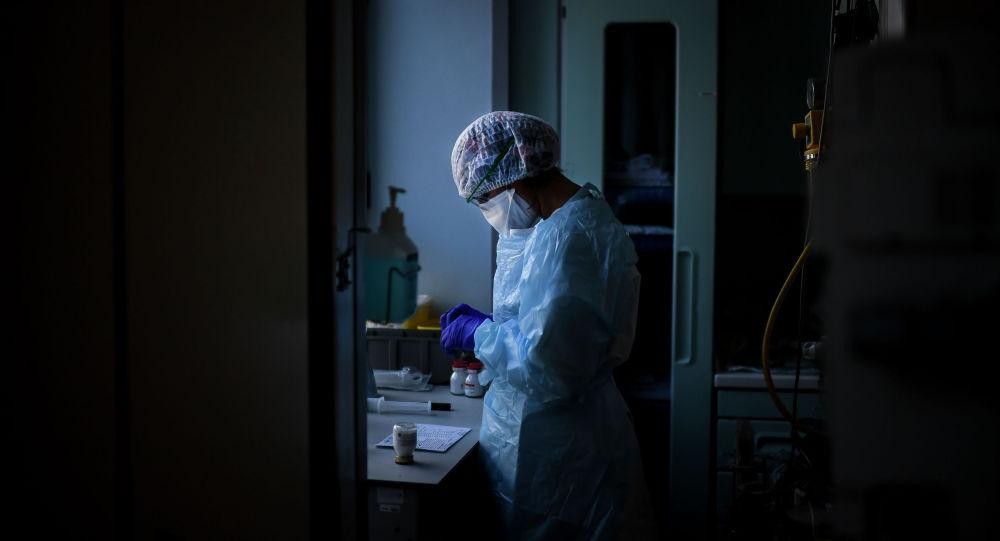 Медик коронавируска кабылган бейтаптар бөлүмүндө. Архивдик сүрөт