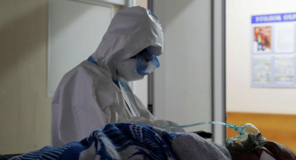 Медициналык кызматкер ооруканада COVID-19 менен оруган бейтап менен