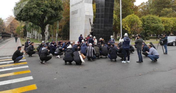 На площади Ала-Тоо в Бишкеке прочитали поминальную молитву погибшему 19-летнему Умутбеку Алтынбеку улуу в ходе беспорядков после оглашения результатов парламентских выборов. 23 октября 2020 года