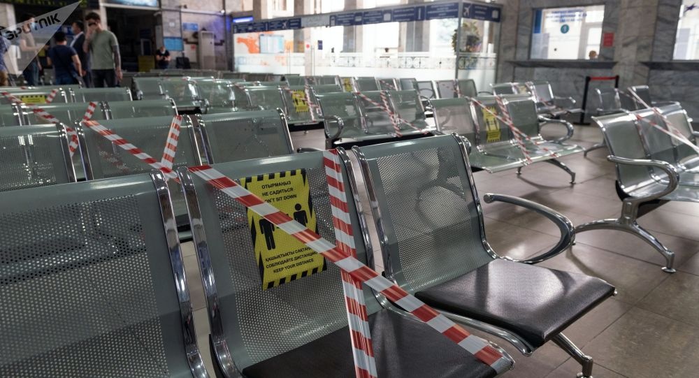Алма-Атыдагы карантинге жабылган вокзал. Архив