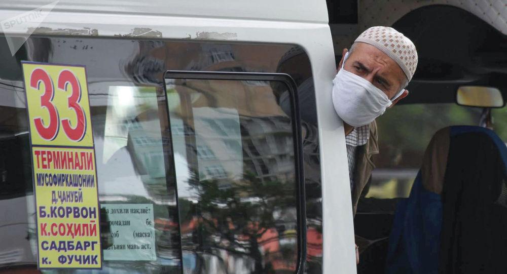 Душанбедеги маршруттук таксинин жүргүнчүсү. Архивдик сүрөт