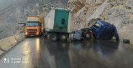 Последствия столкновения грузового и легковой автомобили на трассе Бишкек — Ош