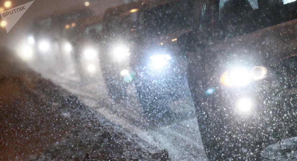 Автомобили стоят в пробке в ночное время. Архивное фото