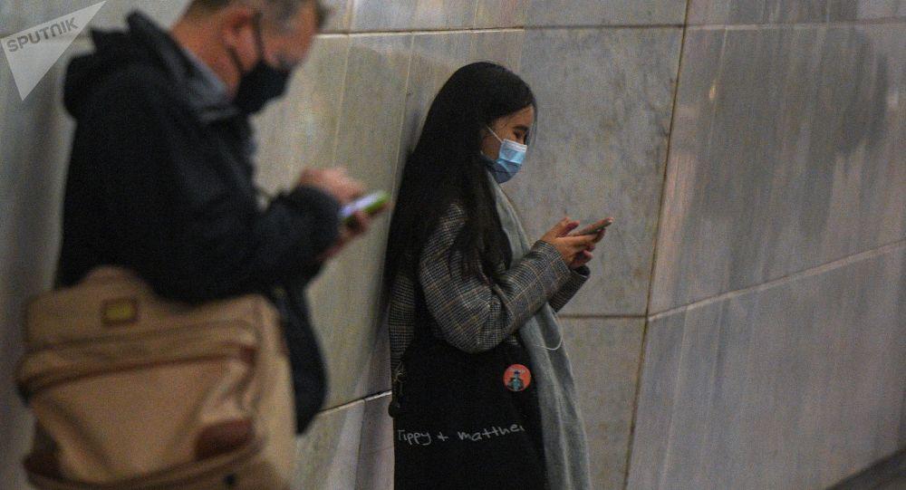 Девушка с телефоном. Архивное фото