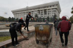 Мужчины расчищают завалы перед главным правительственным зданием, известным как Белый дом в Бишкеке. Архивное фото