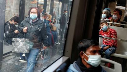 Пассажиры в защитных масках  в автобусе в Риме. Италия, 15 октября 2020 года