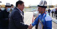 Ош шаарынын мэри Таалайбек Сарыбашов футбол боюнча Кыргызстандын кубогун уткан Алай клубун куттуктап, 200 миң сом тапшырды.