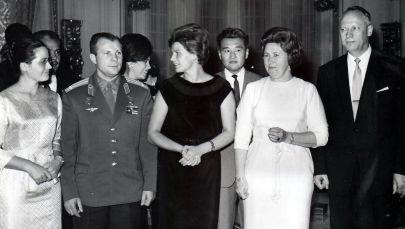 Дипломат Талгарбек Сарбанов (экинчи катарда) космонавттар Юрий Гагарин жана Валентина Терешкова менен Мехико шаарында. 1963 жыл