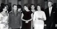 Посол Талгарбек Сарбанов (третий справа) с советскими космонавтами Юрием Гагариным и Валентиной Терешковой в Мехико. 1963 год