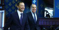 Министр иностранных дел РФ Сергей Лавров (справа) и министр иностранных дел КР Руслан Казакбаев во время встречи в Москве.