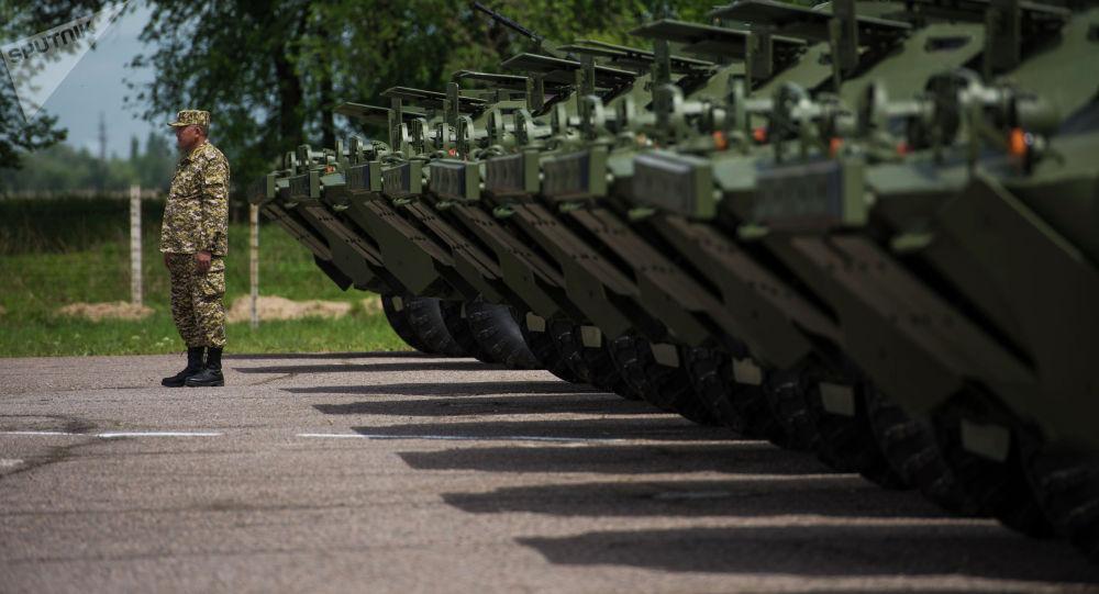 Бронированные разведывательно-дозорные машины (БРДМ-2), переданные  Кыргызстану, на территории авиабазы Кант. Архивное фото