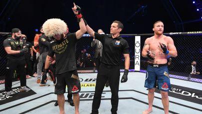 Судья присуждает победу Хабибу Нурмагомедову в бою за титул чемпиона UFC в легком весе