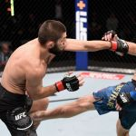 Слева направо: Хабиб Нурмагомедов (Россия) и Джастин Гэтжи (США) в бою за титул чемпиона Абсолютного бойцовского чемпионата (UFC) в легком весе.